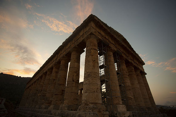 Foto di Early evening view of the temple of SegestaSegesta - Italia