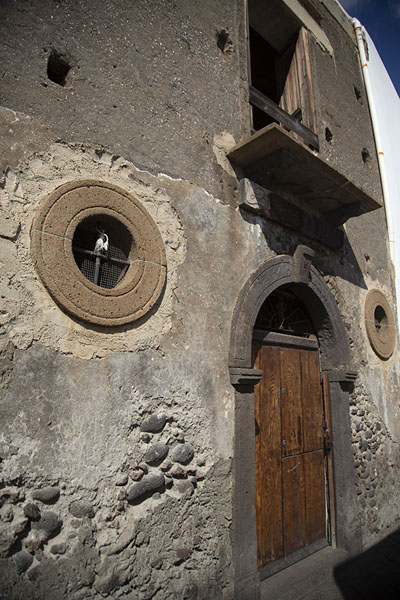 House built with volcanic materials in the streets of Stromboli village | Strombolie dorp | Italië