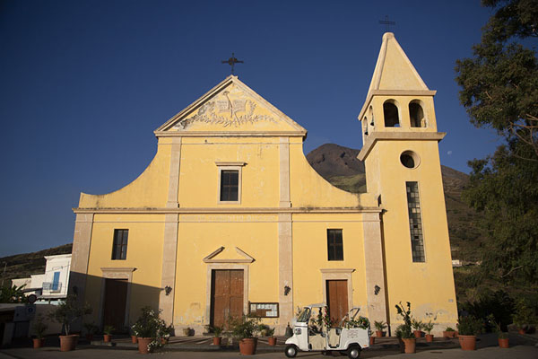 Early morning sun on Chiesa di San Vincenzo in Stromboli village | Strombolie dorp | Italië