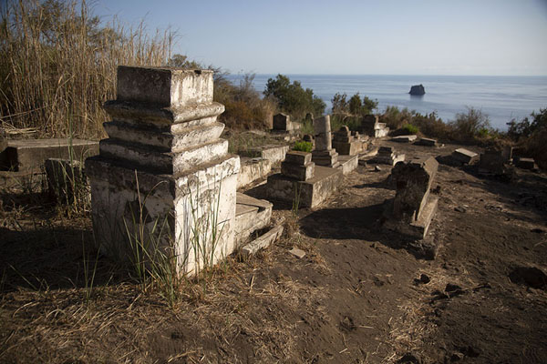 The old cemetery of Stromboli with Strombolicchio in the background | Strombolie dorp | Italië