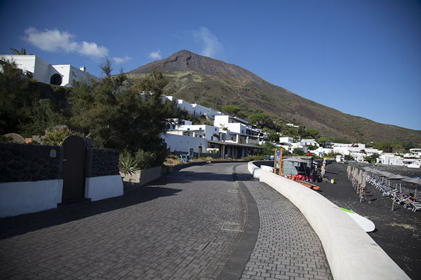 The esplanade of Ficogrande with Stromboli volcano in the background | Strombolie dorp | Italië