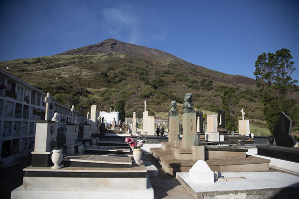 The new cemetery of Stromboli village with Stromboli volcano in the background | Strombolie dorp | Italië