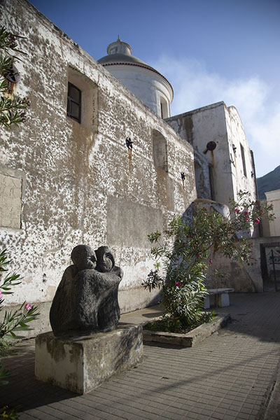 Sculpture next to the Chiesa di San Vincenzo | Strombolie dorp | Italië