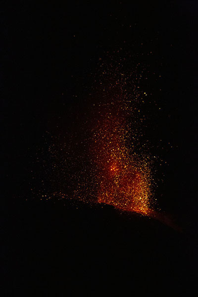 Foto de Eruption in the night over StromboliStromboli - Italia