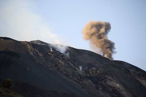 Smoke billowing into the sky above Stromboli volcano | Stromboli | Italia