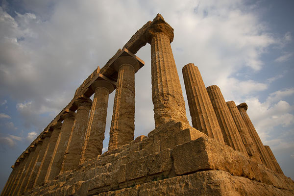 Photo de Looking up the partly restored Temple of Juno in the far west of the Valley of the TemplesAgrigento - l'Italie