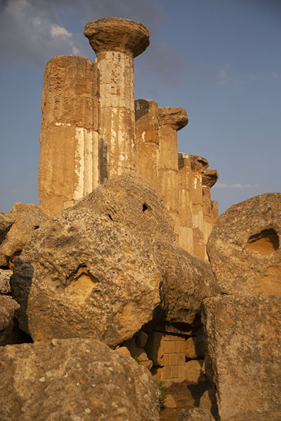 Columns of the Temple of Heracles appearing above fallen remains - 意大利
