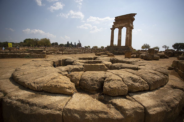 Photo de Circular altar with the Temple of the Dioscuri in the backgroundAgrigento - l'Italie