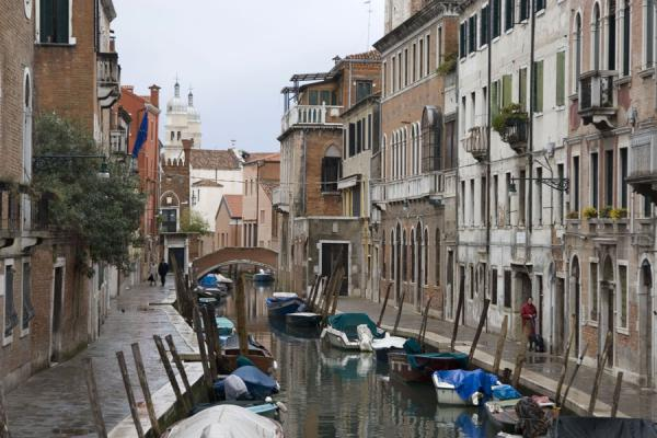 Foto de Canal, boats and houses in a typical, quiet corner of VeniceVenecia - Italia