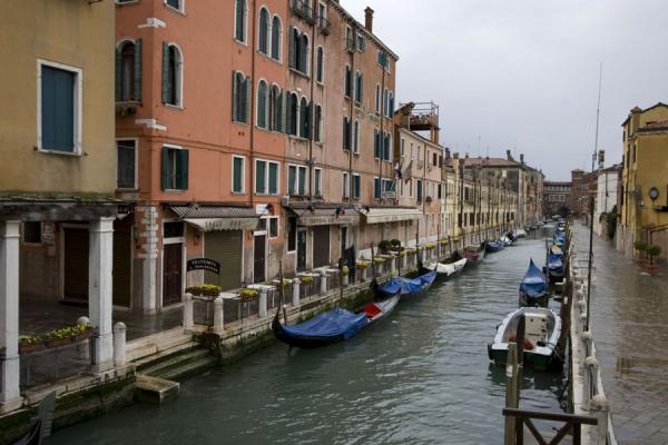 Foto di Boats on one of the many canals in VeniceVenezia - Italia