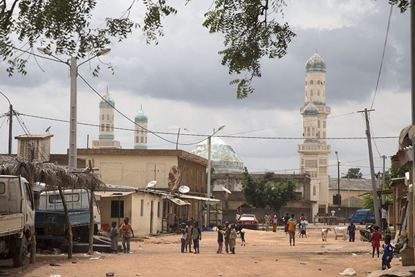 Street in Bondoukou with the Great Mosque in the background | Bondoukou | Ivoorkust