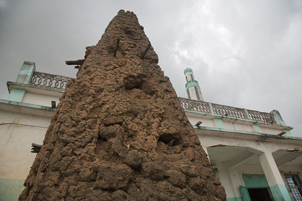 Remains of minaret of old mosque with the new one behind | Bondoukou | Costa Marfil