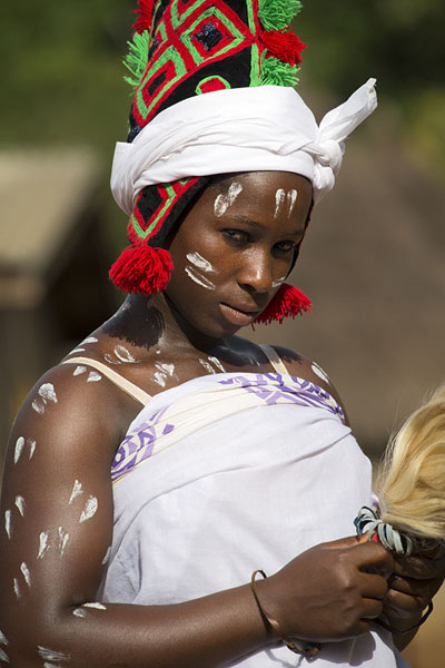 Photo de Young woman with painted white stripes on her bodyGboni - Côte d'Ivoire