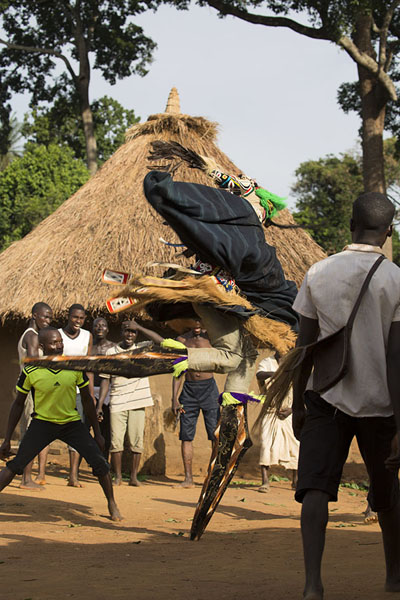 Foto van The stilt dancer showing off - Ivoorkust - Afrika