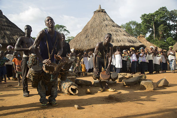 Foto van The band drumming away to provide a rhythm for the dancers to perform - Ivoorkust - Afrika