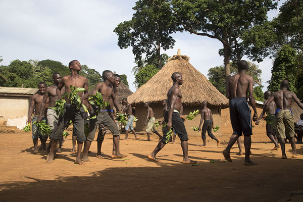 Young initiated men of Gboni walking around in circles | Gboni stilt dancing | Ivoorkust