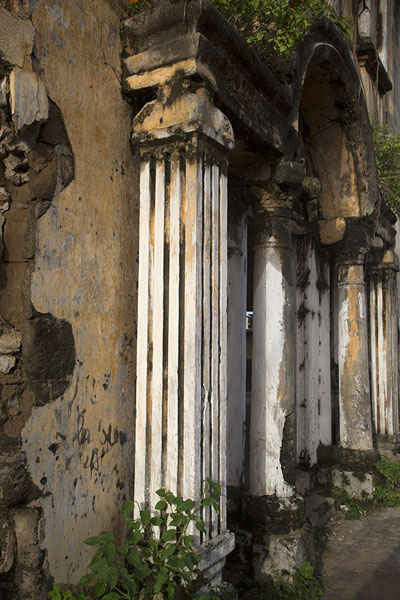 Side view of the frontal wall of Maison Ganamet | Grand Bassam | Ivory Coast