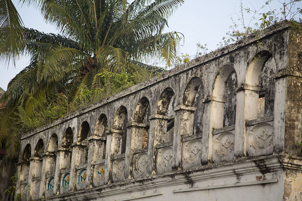 Photo de Arches in what must have been a beautiful building in colonial times - Côte d'Ivoire - Afrique