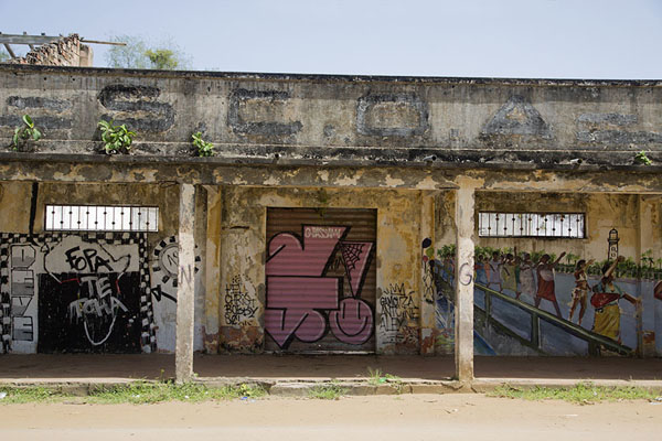 Foto de Colonial building with graffiti decorating the walls - Costa Marfil - Africa
