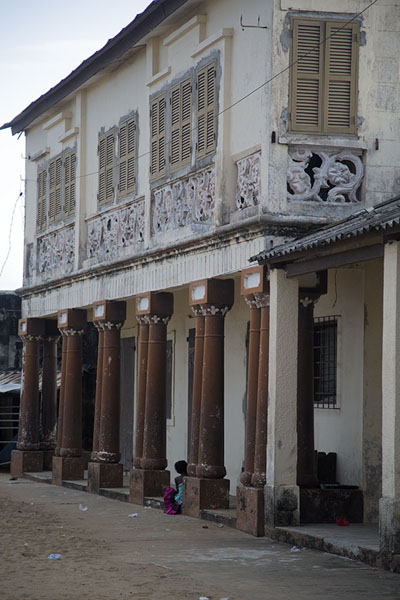 Foto de One of the many colonial buildings in Grand Bassam seen from the side - Costa Marfil - Africa