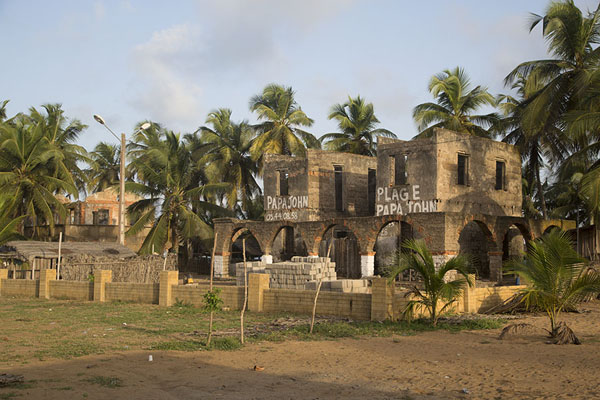 Photo de Ruined house in Jacqueville - Côte d'Ivoire - Afrique