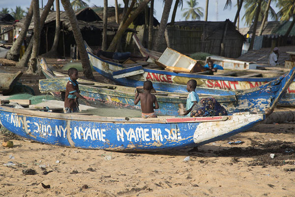 Photo de Colourful Ghanaian fishing boats on the beach of JacquevilleJacqueville - Côte d'Ivoire