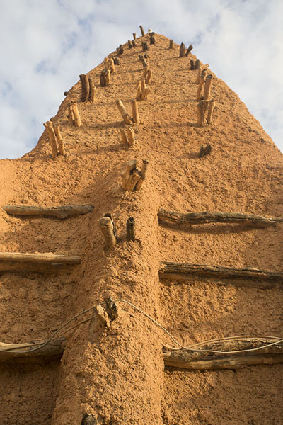 Photo de Looking up one of the adobe towers of the mosque of KongKong - Côte d'Ivoire