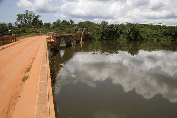 Foto de The bend in Pont Weygand is easily visible from the east side of the bridge - Costa Marfil - Africa