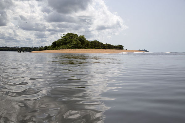 Foto de The mouth of the Sassandra river is partly protected by a stretch of beach - Costa Marfil - Africa