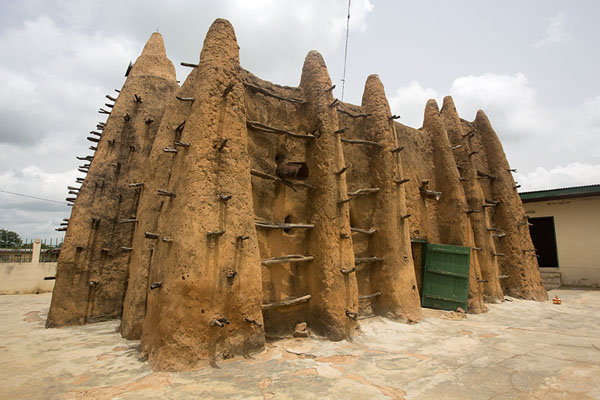 Foto de The mosque of Sorobango with ribbed walls and wooden beams supporting the structure - Costa Marfil - Africa