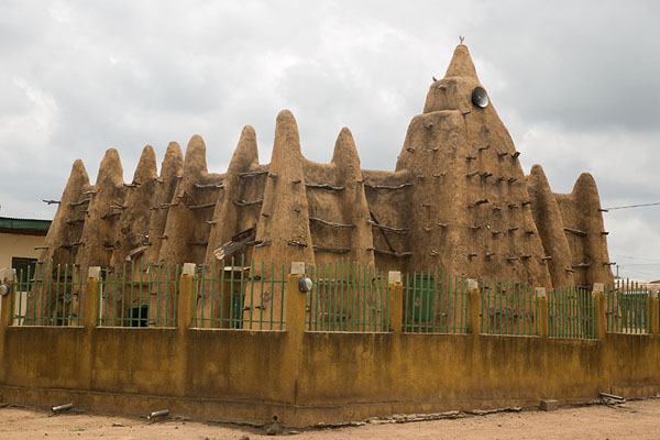 The mosque of Sorobango surrounded by a fence | Sorobango moskee | Ivoorkust