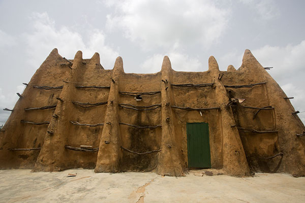Frontal view of the mosque of Sorobango | Sorobango moskee | Ivoorkust