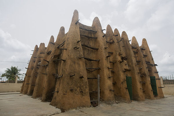 The mosque of Sorobango seen from an angle | Sorobango moskee | Ivoorkust