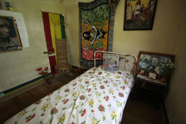 The bed on which Bob Marley slept when he was young | Mausolée Bob Marley | Jamaique