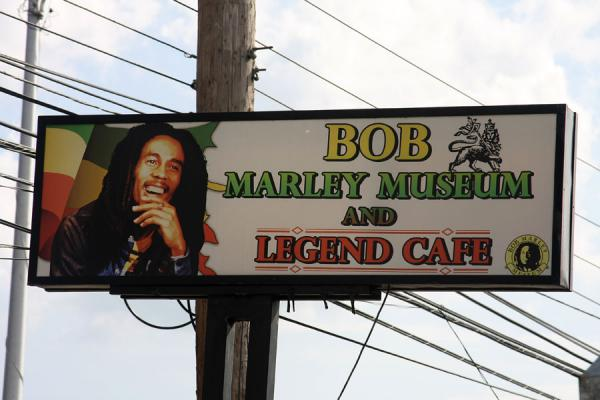 Sign of the museum outside on Hope Road | Musée Bob Marley | Jamaique