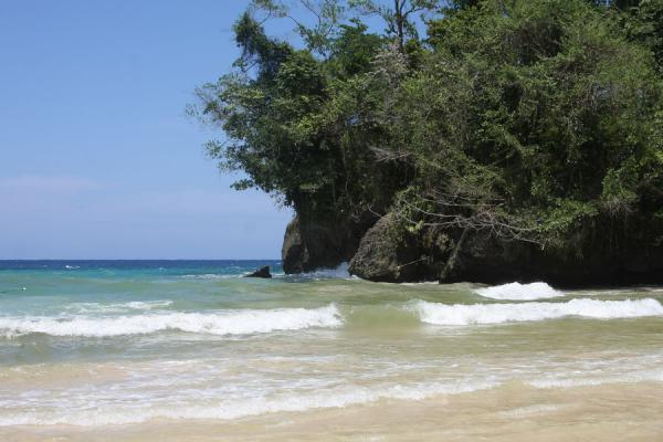 Photo de Waves reaching the beach of Frenchman's CovePort Antonio - Jamaique