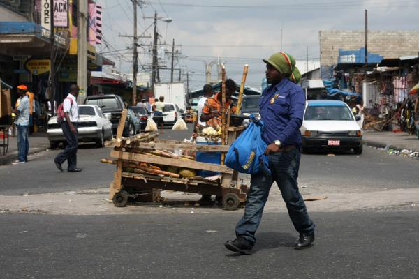 Foto van Jamaican crossing a street at Kingston marketJamaicanen - Jamaica