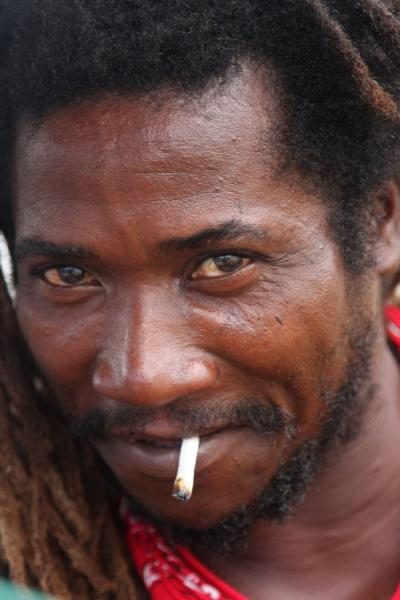 Foto van Jamaican smoking a joint in the Kingston marketJamaicanen - Jamaica