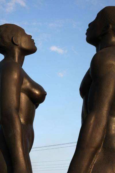 Foto van Statue of male and female: Redemption Song by Laura FaceyKingston - Jamaica