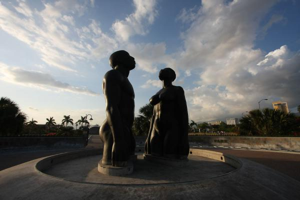 Photo de Redemption Song statue under the clouds of the late afternoon sky - Jamaique - Amérique