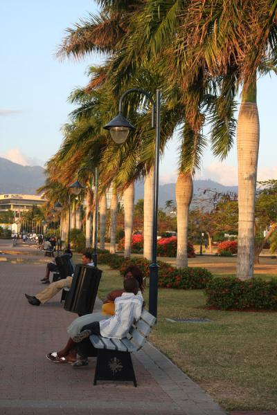Foto van People relaxing on benches in Emancipation ParkKingston - Jamaica