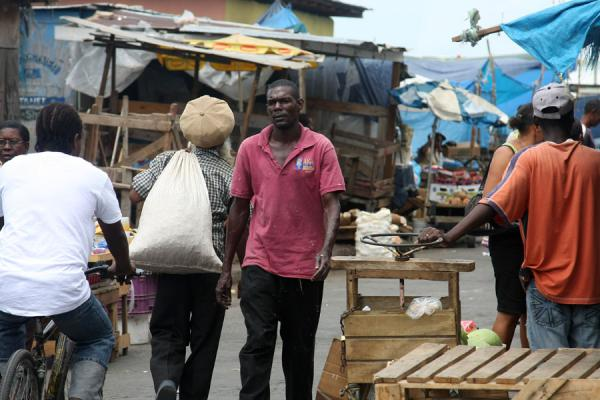 Jamaicans walking in the market of Kingston | Marché de Kingston | Jamaique