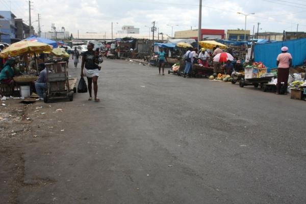 Street with stalls at the market of Kingston | Mercato di Kingston | Giamaica