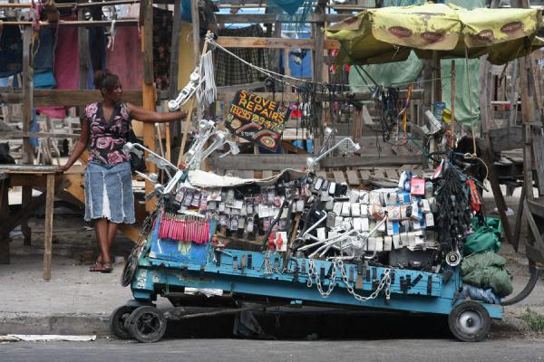 Foto van Pushcart with hardware at the market of Kingston - Jamaica - Amerika