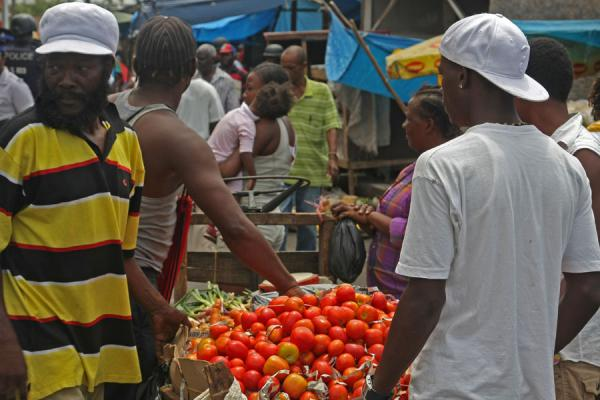 Jamaicans and tomatoes at the market of Kingston | Kingston Markt | Jamaica