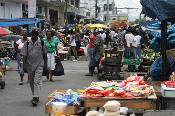 One of the many streets in the market of Kingston | Kingston Markt | Jamaica
