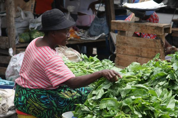 Woman selling vegetables at the market of Kingston | Marché de Kingston | Jamaique