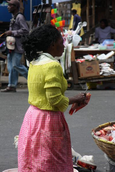 Woman cleaning fish at the market of Kingston | Marché de Kingston | Jamaique