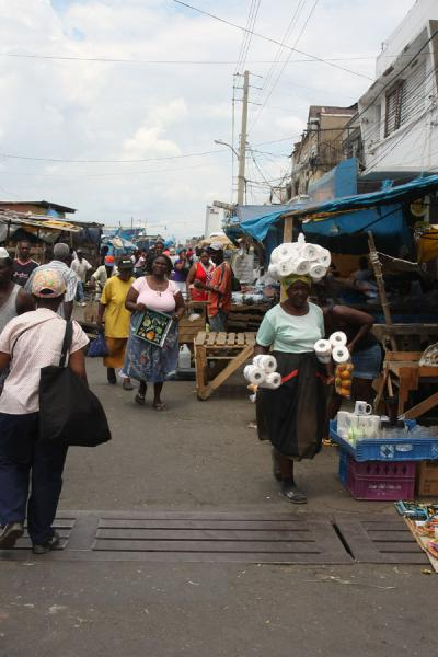 Foto van People walking the marketKingston - Jamaica