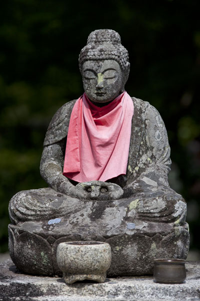 Buddha statue with red cloth at the Adashino Nembutsu-ji cemetery | Arashiyama | Japón